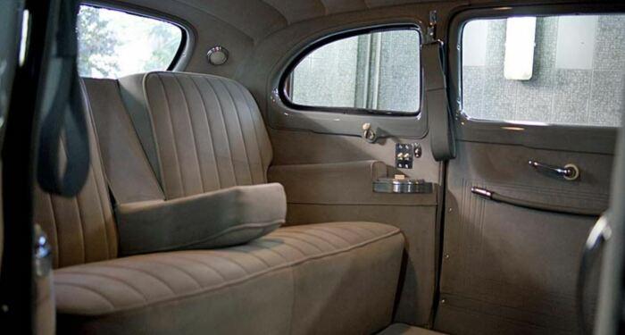 Ни мини-бара, ни телевизора. Зато отличное освещение. |Фото: У водителя есть радио. motorfaq.com.