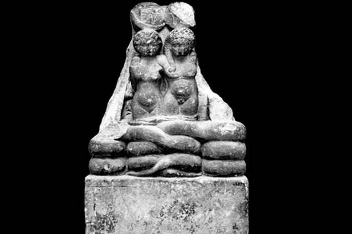 Скульптура близнецов Клеопатры и Марка Антония.