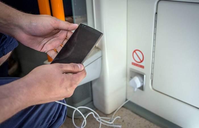 Вы арестованы за зарядку телефона в поезде.
