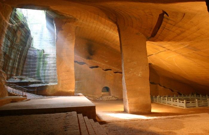 Пещеры Лонгью в Китае, построенные около II века до н.э.
