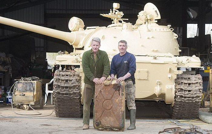 Ник Мид (на фото слева) и механик Тодд Чемберлен рядом с танком