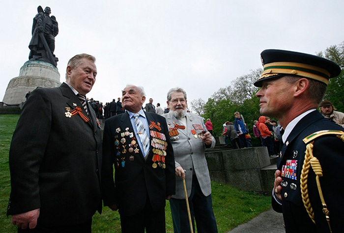 Празднование Дня Победы в Трептов-парке в Берлине