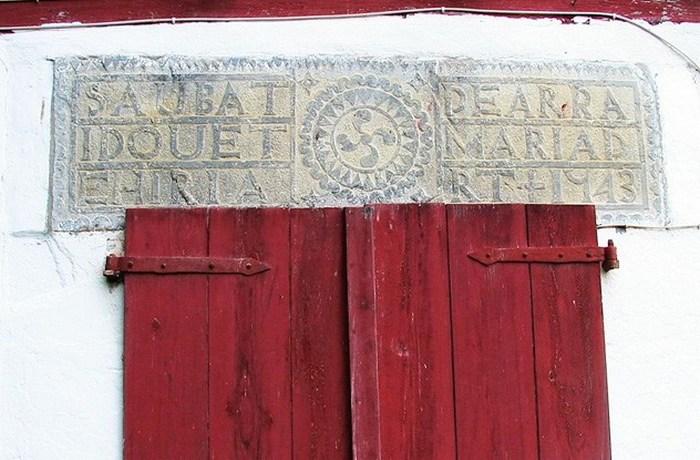 Таблички на домах басков.