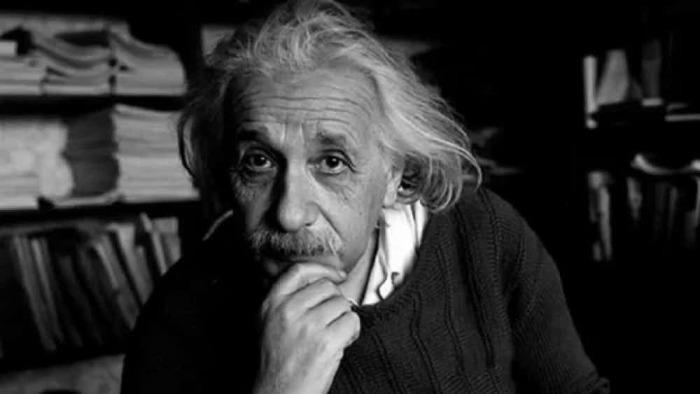 Эйнштейн - человек, который знал о времени больше других.