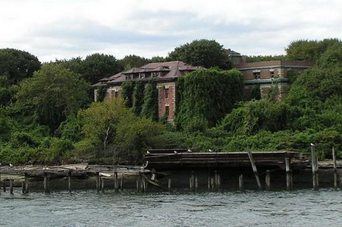 Заброшенная больница на острове Ист-Ривер.
