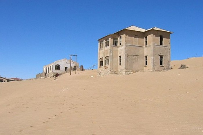 Заброшенный город-призрак в пустыне Намиб Колманскоп.
