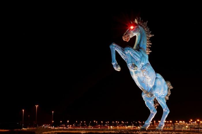 Голубой мустанг в аэропорту Дэнвера.