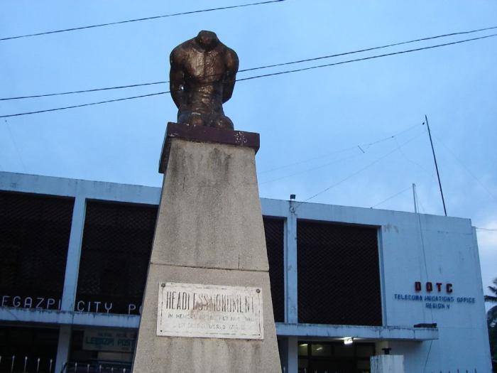 Обезглавленный памятник.