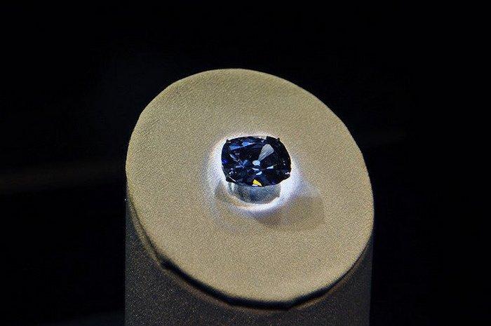 Алмаз в лучах ультрафиолета.
