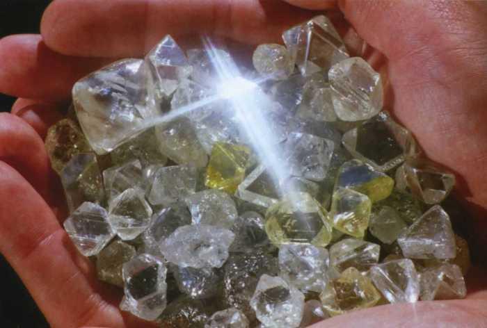 Необработанные алмазы.
