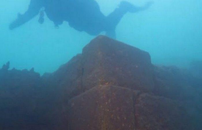 Древняя конструкция: замок под озером Ван.