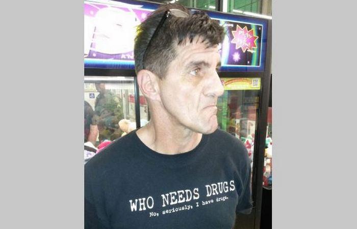 Вы арестованы за футболку с надписью «У меня есть наркотики».