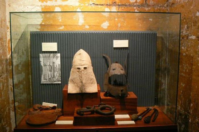 Маски палача в музейной экспозиции в Старой тюрьме Мельбурна.