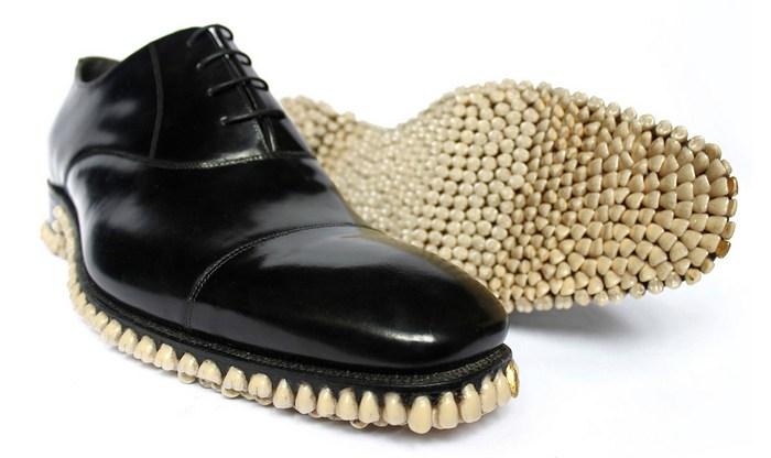 Туфли с зубами на подошве.
