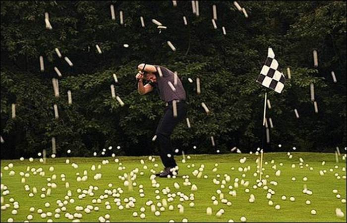 Дождь из мячей для гольфа.