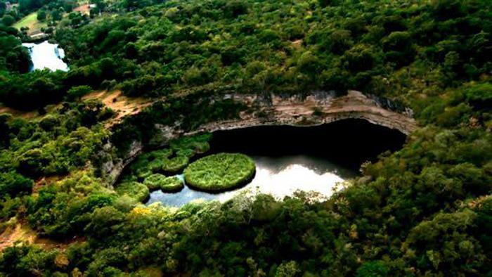 Воронка Закатон - самая глубокая известная заполненная водой карстовая воронка в мире.