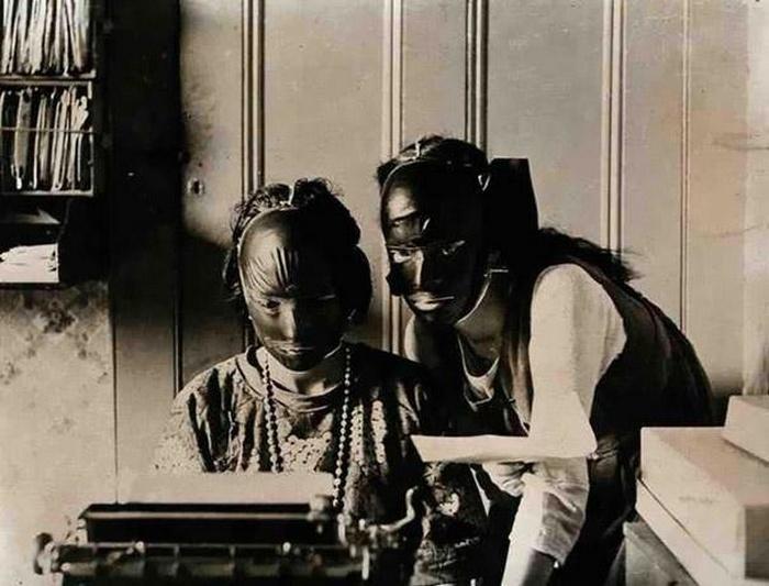Резиновые маски для подтяжки лица.