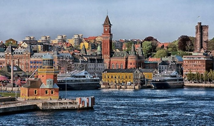 Дания - развитая экономика + соцзащита.
