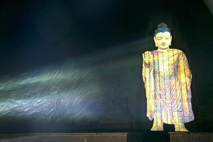 Статуя-голограмма Будды.