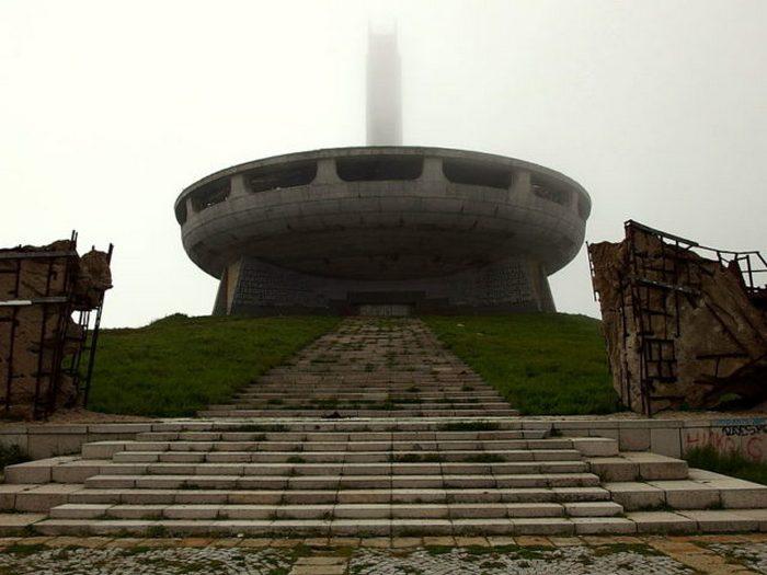 Здание расположено на вершине горы Бузлуджа на высоте 1432 метров.