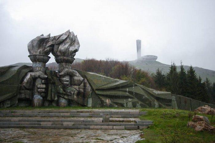 Гигантский заброшенный НЛО или таинственный храм коммунистов в Болгарии