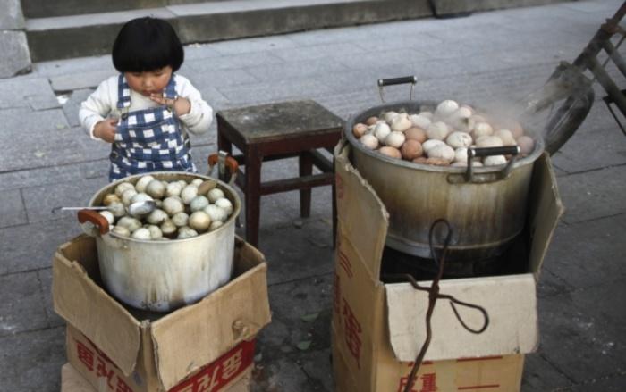 Китайцы варят яйца в моче девственников.