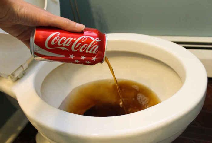 Coca-Cola прекрасно чистит унитаз.