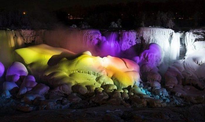 Забавный факт: замерзший Ниагарский водопад.
