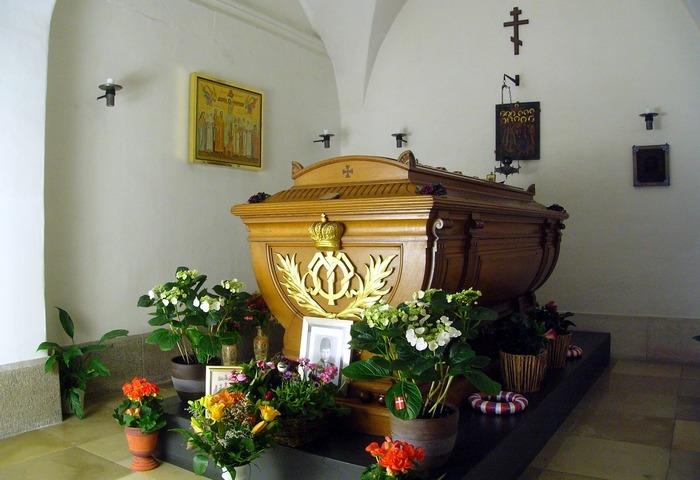 Гроб в фамильном склепе.