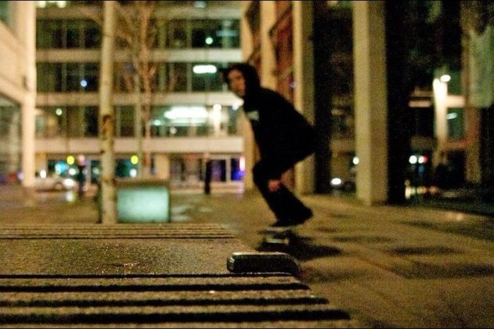 Железные элементы на улицах как защита от скейтеров.