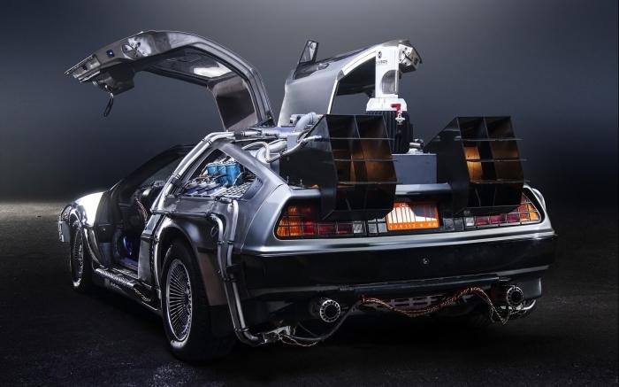 Все смотревшие фильм назад в будущее наверняка запомнили серебристый спортивный автомобиль