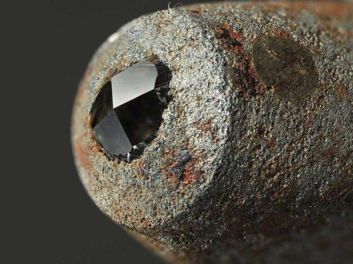 Лонсдейлит - минерал гораздо прочнее бриллианта.