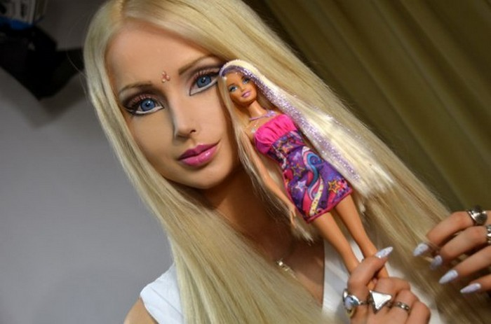 Девушки, которых сложно отличить от кукол.