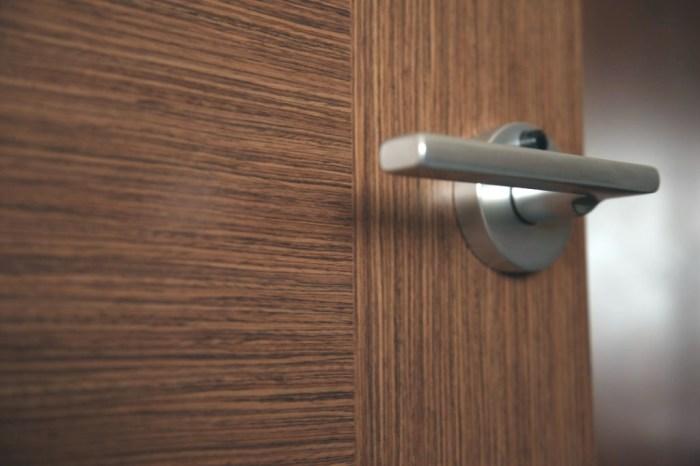 Дверная ручка - рассадник бактерий.