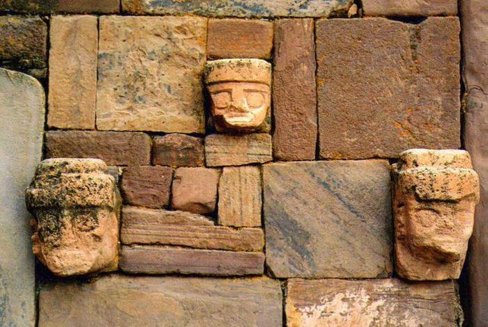 Резные головы на стенах.