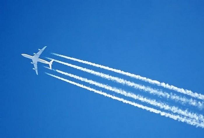 Белая полоса от самолёта.