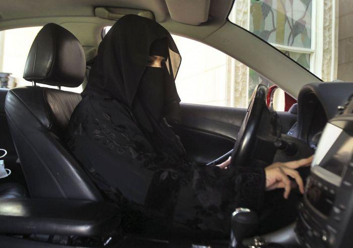 Женщина за рулём как табу.