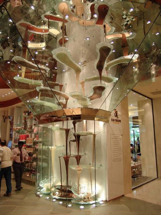 Самый большой в мире шоколадный фонтан
