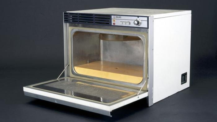 Первая микроволновая печь.