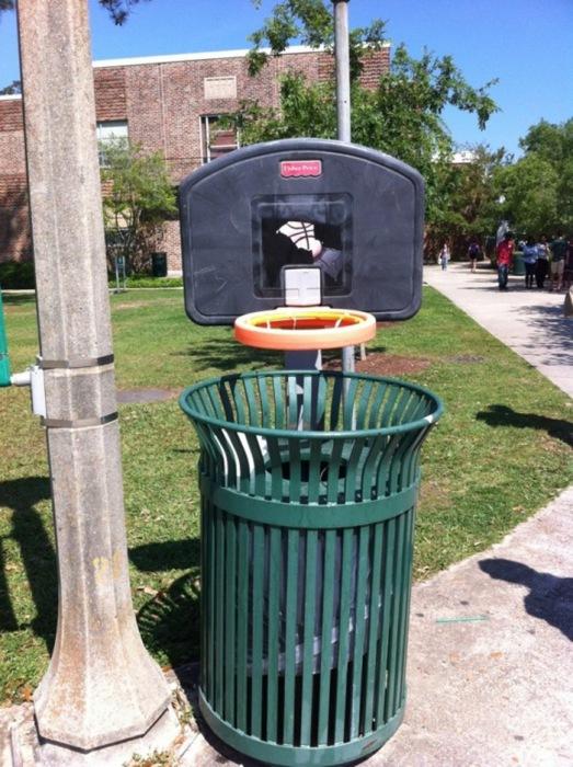 Урна в форме баскетбольной корзине.