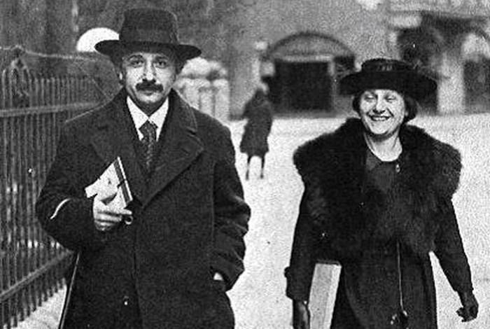 Альберт Эйнштейн с женой Эльзой