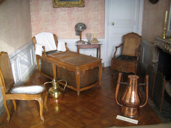 Ванная комната Людовика XVI. Крышка на ванной служила и для сохранения тепла, и одновременно столиком для занятий и еды. Франция 1770.