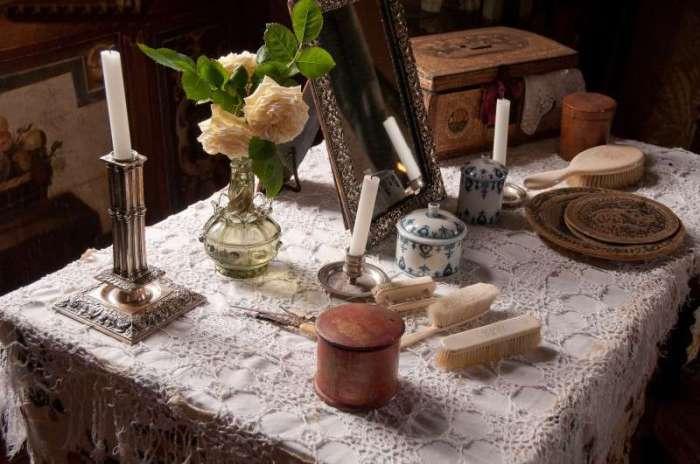 Дамский столик в будуаре в старом французском замке. Бургундия, Франция.