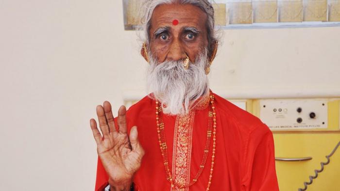 Индийский садху Прахлад Джани.