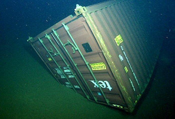 Утерянный грузовой контейнер на дне океана.