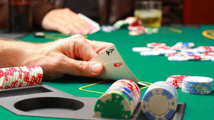 Покер - хобби, которое может превратиться в манию.
