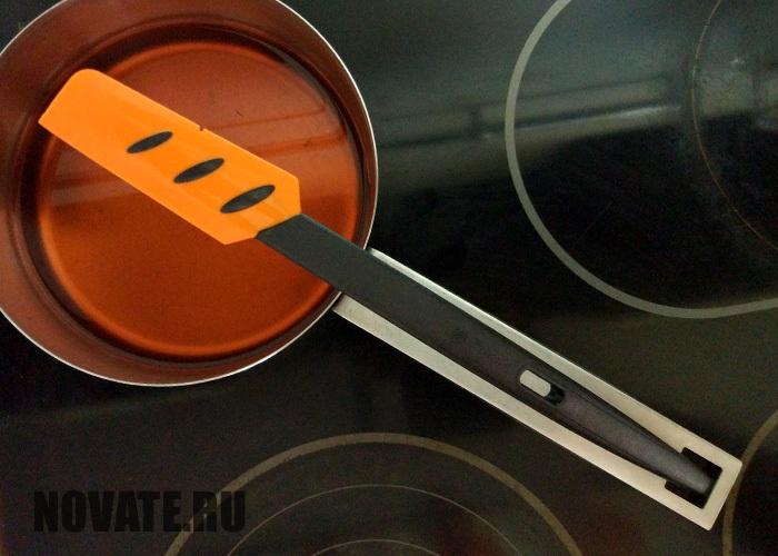 Отверстие на ручке позволяет зафиксировать лопатку или черпак.