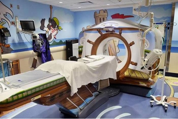 Аппарат МРТ, оформленный в пиратской теме.