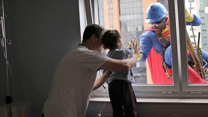 Супергерой в гости к малышу.