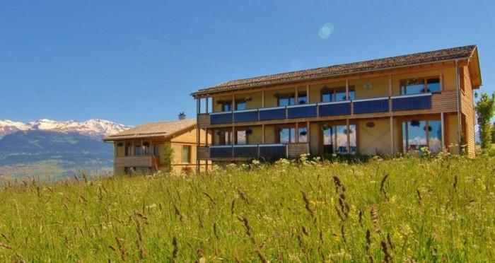 Соломенный отель в Швейцарии.